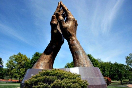 praying-hands-oral-roberts-university-tulsa-950x633